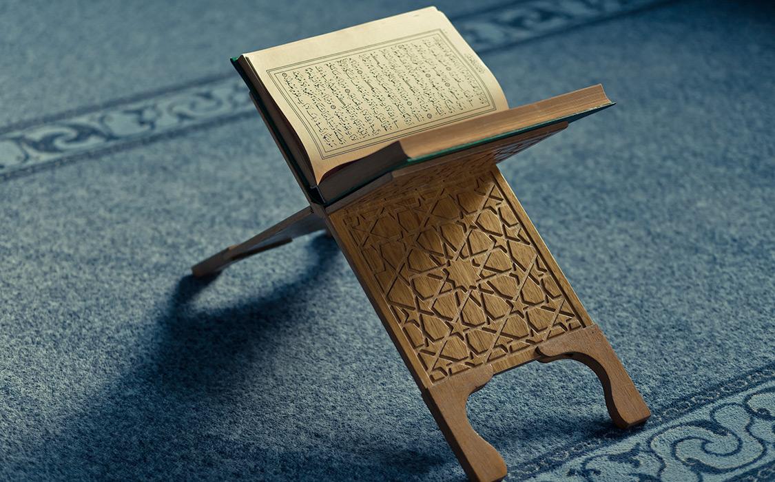 Хадисы и слова ученых о достоинстве чтения и изучения Корана в мечети.